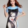 ชุดเดรสสั้น สีฟ้า เดรสเข้ารูปพิมพ์ลายหน้าผู้หญิง แต่งโบว์สีดำด้านหน้า คอกลม แขนสั้น ผ้าโพลีเอสเตอร์ ซิปข้างซ่อนใน