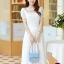 ชุดเดรสยาวสวยๆ สีขาว ผ้าชีฟอง คอกลม ช่วงไหล่แต่งด้วยผ้าซีทรูจับจีบระบาย แขนสั้น เอวคาดด้วยผ้า ซิปข้าง ซับในทั้งตัว ขนาดไซส์ XL